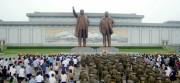 金日成・正日の銅像に献花する平壌市民(2016年7月27日付労働新聞より)
