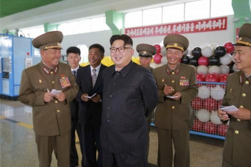 朝鮮人民軍漁具総合工場を現地指導した金正恩氏(2016年7月30日付労働新聞より)