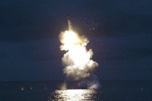 8月24日に発射された北朝鮮のSLBM「北極星」(2016年8月25日付労働新聞より)