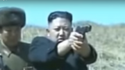 軍視察時に拳銃を構える金正恩氏
