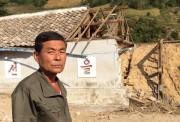 洪水で破壊された学校とリ・ソンチョル校長(画像:UNICEF)