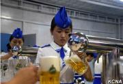 北朝鮮「ビール祭り」の女性スタッフ(朝鮮中央通信)