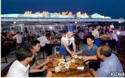 北朝鮮で初めて行われた「ビール祭り」(朝鮮中央通信)