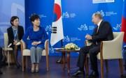 ウラジオストクで会談したプーチン大統領と朴槿恵大統領(韓国大統領府提供)