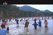災害復旧のために動員された人々が石を手に持って運んでいる。(画像:朝鮮中央テレビキャプチャー)