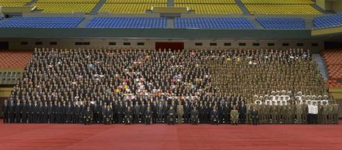 「潜水艦ミサイル」関係者と記念写真を撮った金正恩氏(2016年9月1日付労働新聞より)