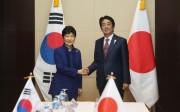 2016年9月7日、ラオス・ビエンチャンで行われた日韓首脳会談(韓国大統領府提供)