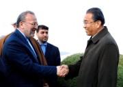 2008年に北朝鮮を訪問したイランのモッタキー外相(当時)と握手する宮錫雄氏(画像:デイリーNK/聯合ニュース)