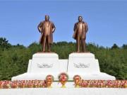 開城市に建てられた金日成・正日氏の銅像(2016年10月6日付労働新聞より)