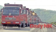 北朝鮮の茂山鉱山で待機している中国のトラック(画像:デイリーNK)