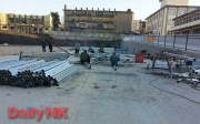 開山屯の村の広場で鉄条網を作る作業をしている作業員(撮影:デイリーNK)