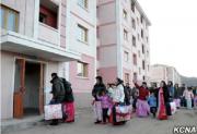 新しく完成した住宅に入居する咸鏡北道の水害被災者たち(朝鮮中央通信)
