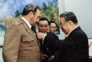 キューバのフィデル・カストロ議長に勲章を授与する金日成主席