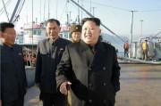朝鮮人民軍8月25日水産事業所を現地指導した金正恩氏(2016年11月20日付労働新聞より)
