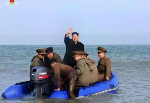 視察でゴムボートに乗ったとみられる金正恩氏