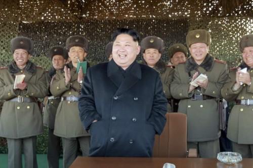 北朝鮮軍前線砲兵部隊の砲兵隊集中火力打撃演習を指導した金正恩氏(2016年12月2日付労働新聞より)