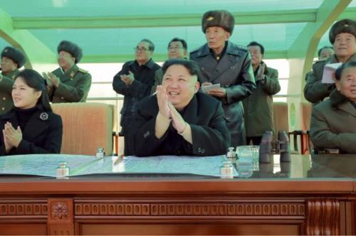 北朝鮮空軍の戦闘飛行術競技大会ー2016を指導した金正恩氏(2016年12月4日付労働新聞より)
