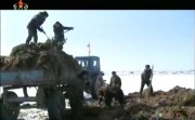 人糞をトラックに積み込む農場員(画像:2013年3月朝鮮中央テレビ「堆肥の山が高くてこそ米の山が高い」キャプチャー)