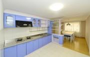 金策工業大学教育者住宅のキッチン。換気扇には中国のハイアールのロコが描かれている。(画像:わが民族同士)