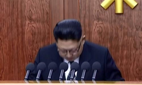 新年の辞の途中で頭を下げる金正恩氏(画像:朝鮮中央テレビキャプチャー)