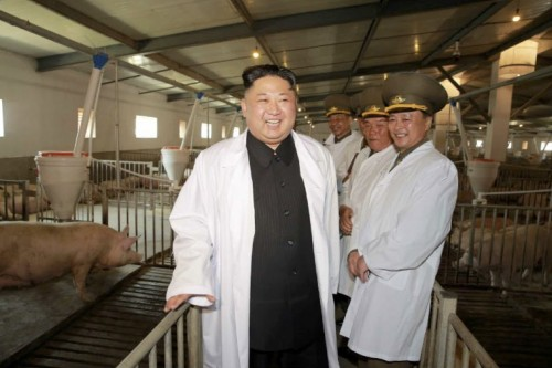 4月22日泰川養豚工場を現地指導した金正恩氏(2017年4月23日付労働新聞より)