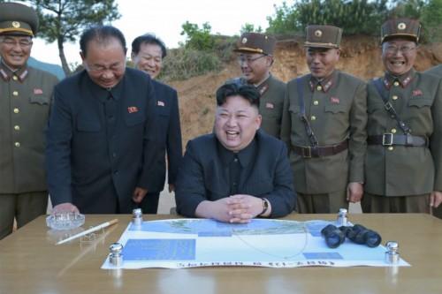 弾道ミサイル「火星12」型の試射を現地指導した金正恩氏(2017年5月15日付労働新聞より)