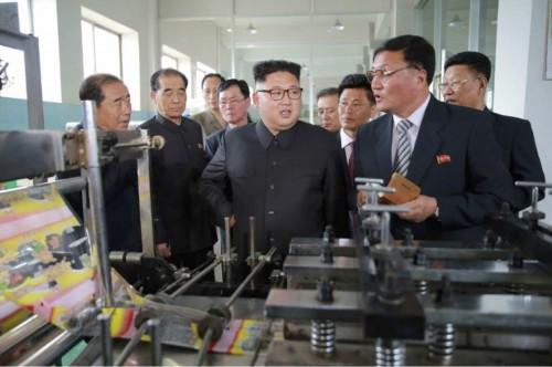 楽浪戦傷栄誉軍人樹脂日用品工場を現地指導した金正恩氏(2017年5月10日付労働新聞より)