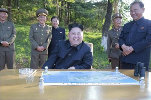 弾道ミサイル「北極星2」型の試射を現地視察した金正恩氏(2017年5月22日付労働新聞より)