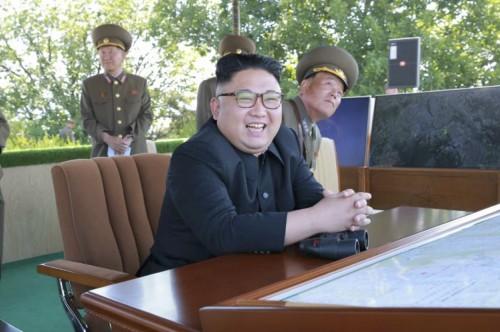 北朝鮮軍の戦闘飛行術競技大会を指導した金正恩氏(2017年6月5日付労働新聞より)