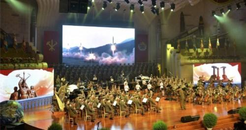 「火星14」型の第2次試射成功を慶祝する牡丹峰楽団、勲功国家合唱団の合同公演(2017年7月31日付労働新聞より)