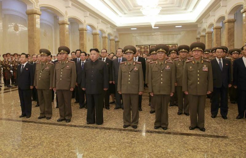 左から崔龍海、金正植、李炳哲、金正恩、張昌河、全日好、黄炳瑞