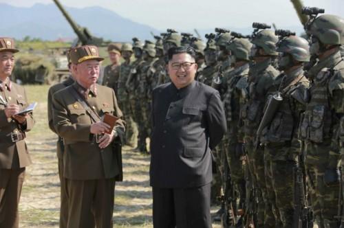 北朝鮮軍特殊作戦部隊の競技を指導した金正恩氏(2017年8月26日付労働新聞より)