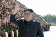 朝鮮人民軍第4回青年同盟初級団体書記熱誠者大会の参加者と記念写真を撮った金正恩氏(2017年9月2日付労働新聞より)