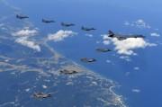 合同訓練を行う米韓の爆撃機と戦闘機(韓国空軍提供)