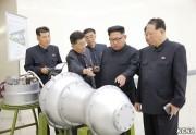 核兵器の開発現場を訪れ、新たに製造された水爆弾頭を視察した金正恩氏(朝鮮中央通信)