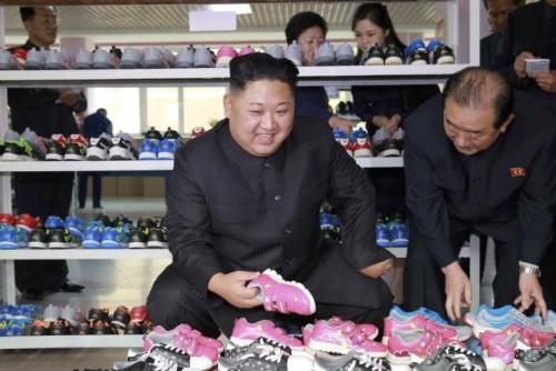 柳原履物工場を現地指導した金正恩氏(2017年10月19日付労働新聞より)