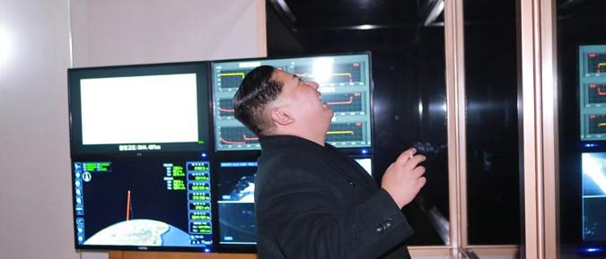 ICBM「火星15」型の試射を現地指導した金正恩氏(2017年11月29日付朝鮮中央通信より)
