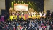 南浦市で行われた勲功国家合唱団、モランボン楽団、ワンジェサン芸術団による音楽舞踊総合公演(2017年11月27日付労働新聞より)