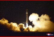 11月29日に行われたICBM「火星15」型の試射(2017年11月29日付朝鮮中央通信より)