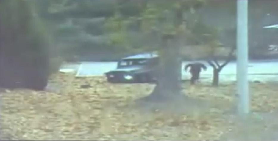 動けなくなった車両から降りた兵士が韓国側へ向けて走り出す