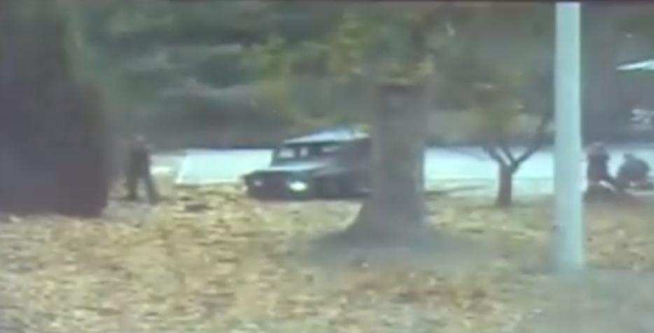 亡命兵士に向けて追撃の北朝鮮軍兵士4人が銃撃