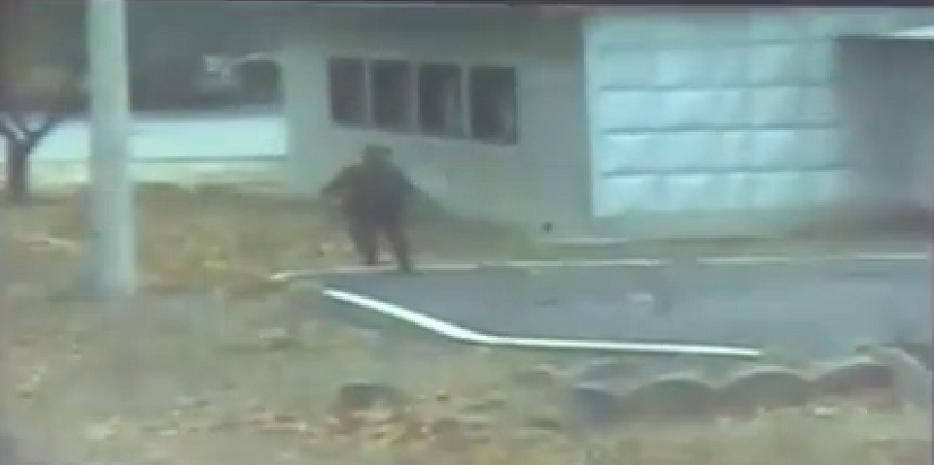追撃兵士のうち1人が軍事境界線を数秒間、南側に越え、再度北朝鮮側に戻る様子