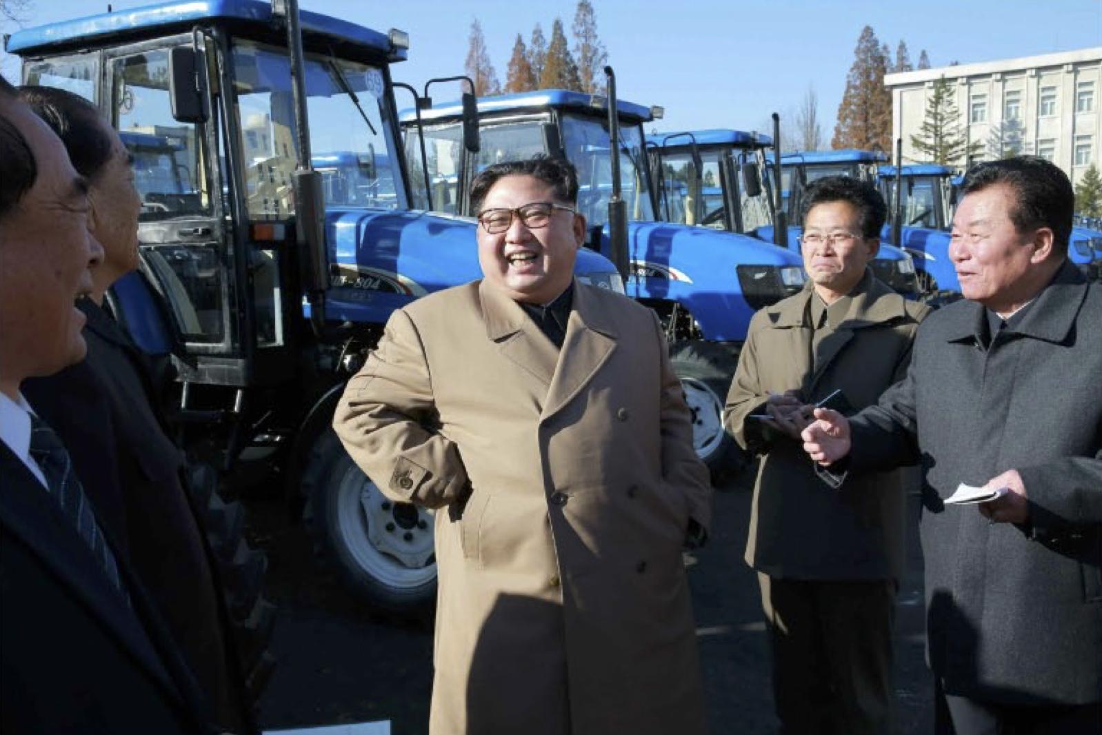 金星トラクター工場を現地指導した金正恩氏(2017年11月15日付労働新聞より)