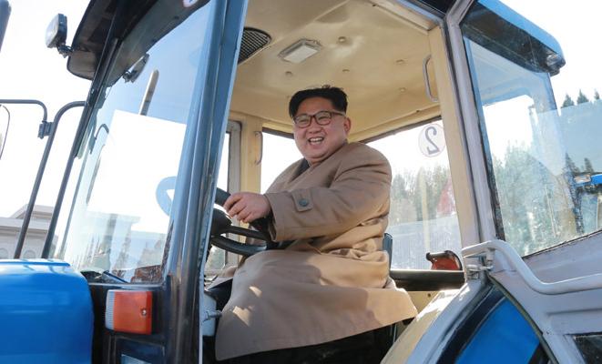金星トラクター工場を現地指導した金正恩氏(2017年11月15日付朝鮮中央通信より)