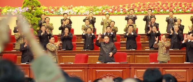 第8回軍需工業大会に参加した金正恩氏(2017年12月13日付朝鮮中央通信より)