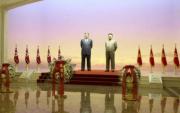 金日成、金正日の立像(2016年12月18日付労働新聞より)