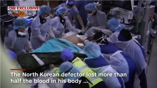 亡命北朝鮮兵士を取り囲む医療陣