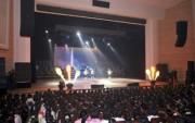 沙里院市で行われた勲功国家合唱団、モランボン楽団、ワンジェサン芸術団の音楽舞踊総合公演(2017年12月1日付労働新聞より)
