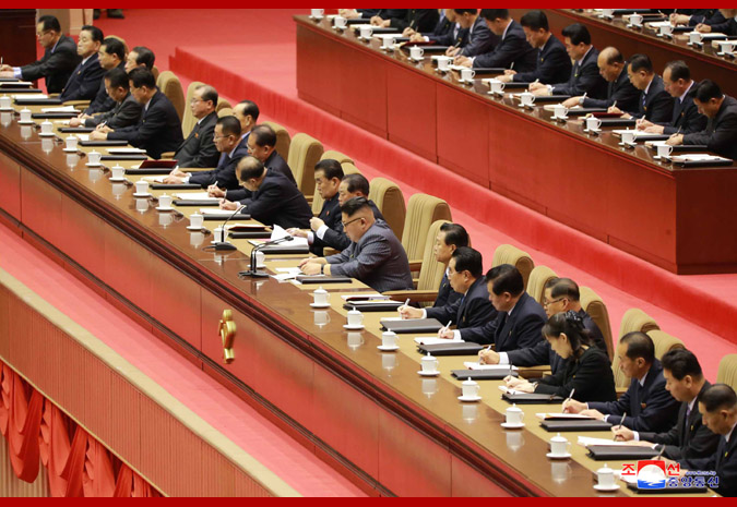 朝鮮労働党第5回細胞委員長大会。金正恩氏(中央)の左5人目が金与正氏(2017年12月22日付朝鮮中央通信より)