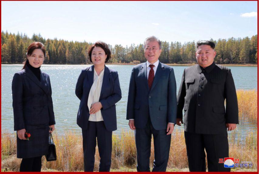 三池淵(サムジヨン)をバックに記念撮影する金正恩夫妻と文在寅夫妻